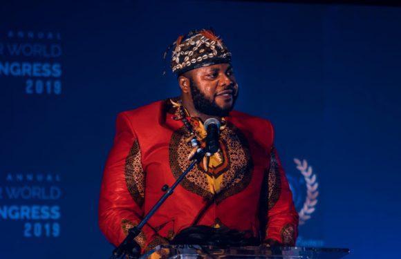 Le roi Fabrice Zombie Kavabioko prononce un discours devant le Congrès mondial sur le développement durable
